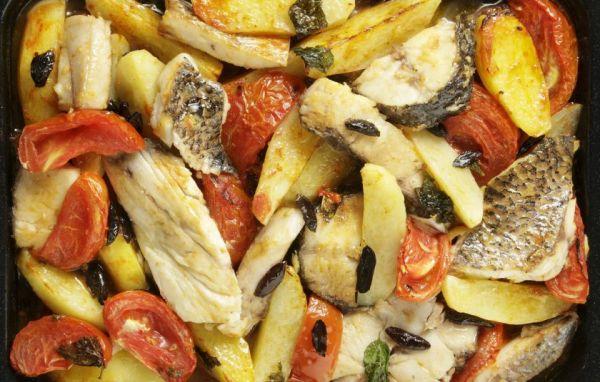 Рыба в духовке с картофелем, помидорами и специями